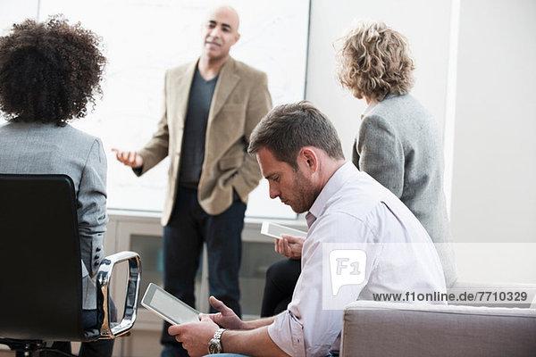 Geschäftsfrau mit Tablet-Computer