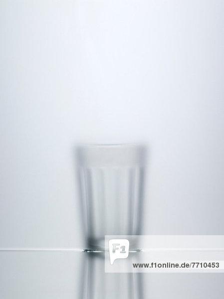 Verschwommene Sicht auf Wasserglas