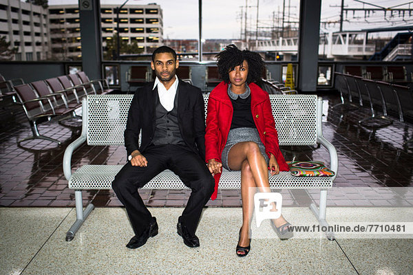 Paar auf Bank am Bahnhof