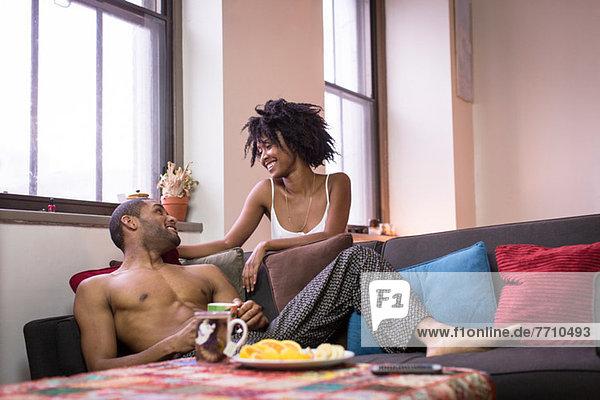 Paar entspannt auf dem Sofa im Wohnzimmer