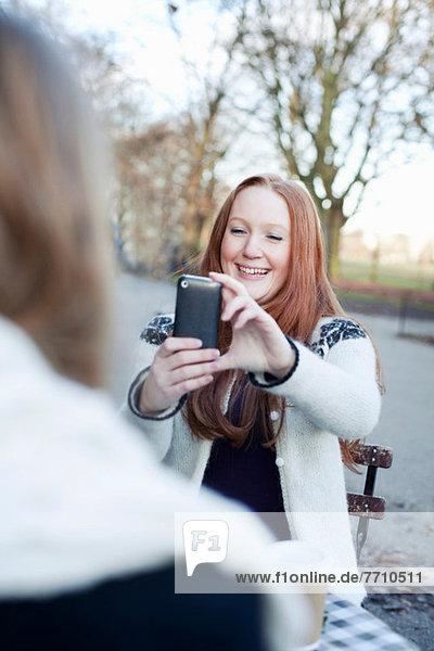 Frau macht Handyfoto