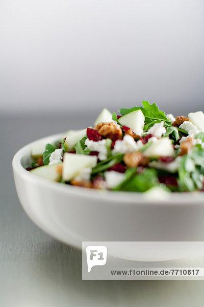 Nahaufnahme der Schüssel mit gehacktem Salat