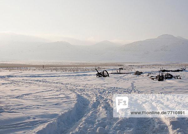 Verrostete Maschinen im Schneefeld