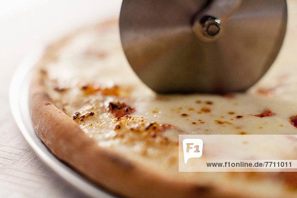 Nahaufnahme der Kutter-Schneidepizza