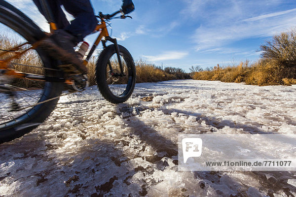 Mountainbiker auf Schnee im ländlichen Raum