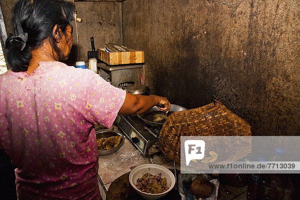 Frau Lebensmittel Wohnhaus Vorbereitung über Küche Abfall unbebautes Grundstück Provisorium Mülldeponie Indonesien