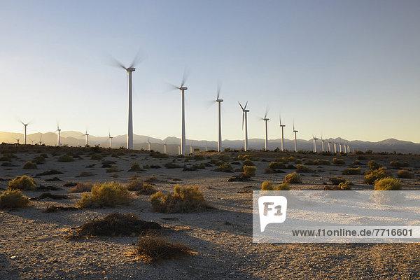 Windturbine Windrad Windräder nahe Quelle