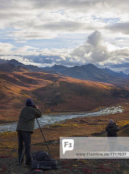 Farbaufnahme  Farbe  Mensch  zwei Personen  Menschen  über  Tal  Herbst  fotografieren  2  Grabstein  Revierverhalten