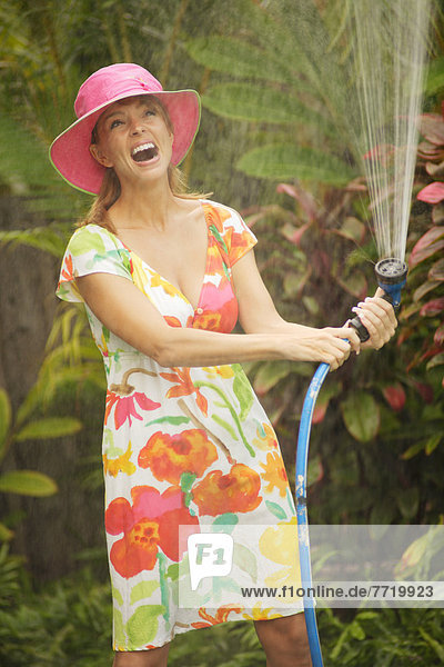 stehend  Wasser  Europäer  Frau  unterhalb  Rasensprenger  Hawaii