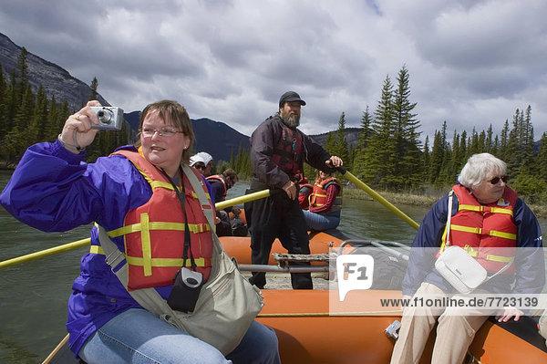 Berg  Mensch  Felsen  Menschen  Reise  fließen  Tagesausflug  Banff Nationalpark  Alberta  Kanada  Floß