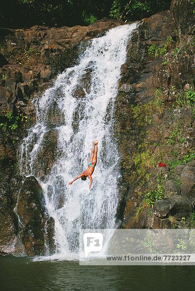 Mann  hoch  oben  Wasserfall  Hawaii  Oahu