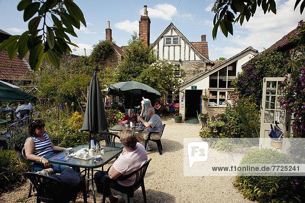 Mensch  Menschen  Zimmer  Großbritannien  Lodge  Landhaus  Garten  Jagd  König - Monarchie  Tee  Wiltshire