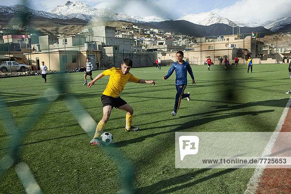 Spielfeld Sportfeld Sportfelder nahe Junge - Person Grenze Football Iran Irak spielen