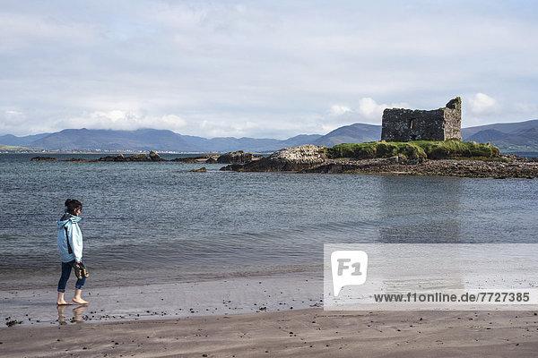 Frau Palast Schloß Schlösser gehen Strand Großbritannien Hintergrund Kerry County Irland