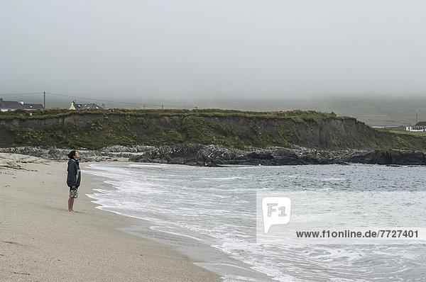 Frau  Großbritannien  hinaussehen  Kerry County  Bucht  Irland