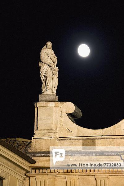 hoch  oben  Kirche  Statue  Mond  Emilia-Romangna  voll  Italien  Parma