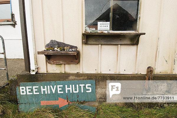 angelehnt  Hütte  Fenster  Gebäude  Zeichen  bezahlen  zahlen  Bienenstock  Zutritt  Biene  Irland  Signal