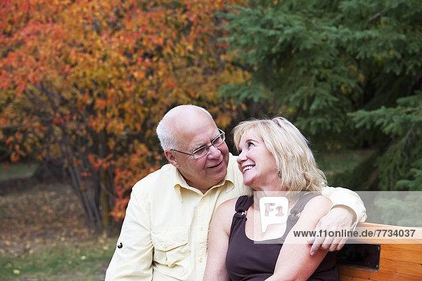 Ehepaar  Sitzbank  Bank  reifer Erwachsene  reife Erwachsene  Alberta  Kanada  Edmonton