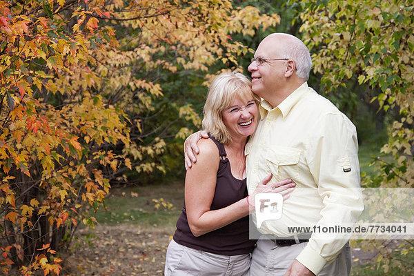 Zusammenhalt  Ehepaar  Zeit  reifer Erwachsene  reife Erwachsene  Herbst  Geld ausgeben  Zeit verbringen  Alberta  Kanada  Edmonton