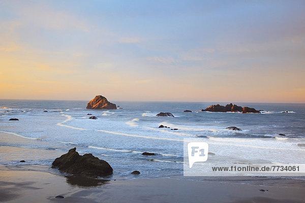 Vereinigte Staaten von Amerika  USA  niedrig  Felsbrocken  Strand  Sonnenuntergang  Gezeiten  Anordnung  Bandon  Oregon