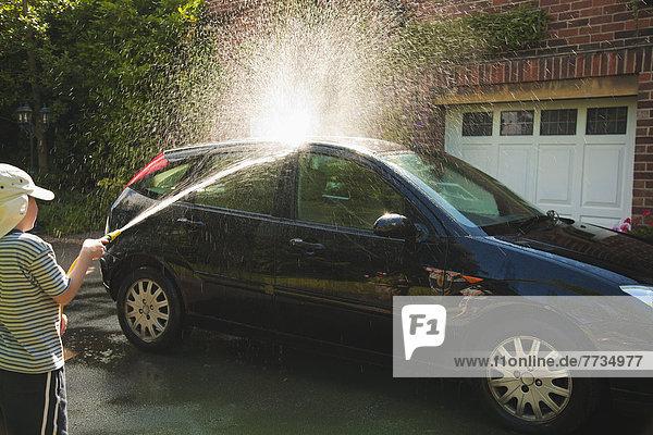 Junge - Person Auto waschen Fahrweg