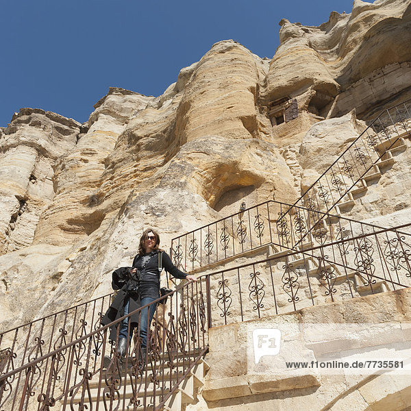 niedrig  Felsbrocken  stehend  Frau  Ecke  Ecken  Anordnung  Treppe  Höhle  Ansicht  Flachwinkelansicht  Winkel  klettern