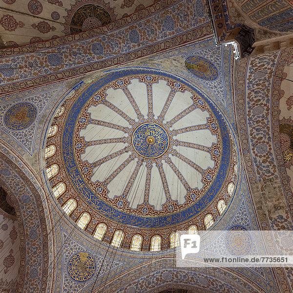 bunt  verziert  Seitenansicht  Gewölbe  Decke  Moschee