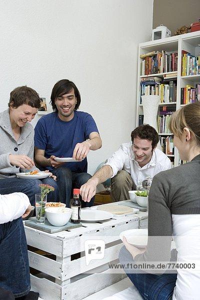 junge Menschen essen zusammen asiatische Wraps aus Reispapier