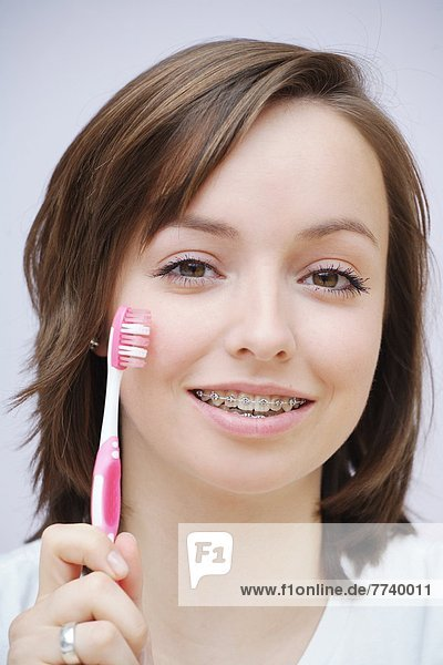 Symbolbild Zähneputzen mit Zahnspange