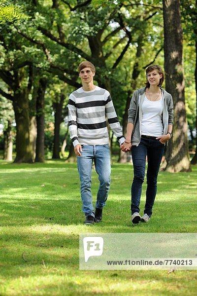 Junges Paar im Grünen