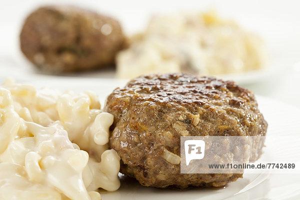 Nudelteller und Kartoffelsalat mit Fleischbällchen  Nahaufnahme