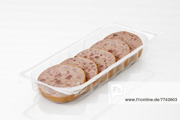 Grobe Leberwurst in Kunststoffschale  Nahaufnahme