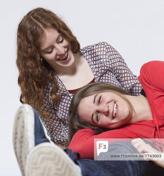 Porträt von jungen Frauen  die Spaß haben  lächelnd