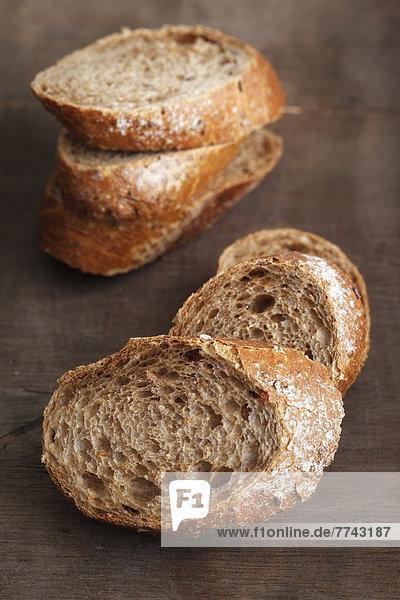 Gebratenes Brot auf Holztisch  Nahaufnahme