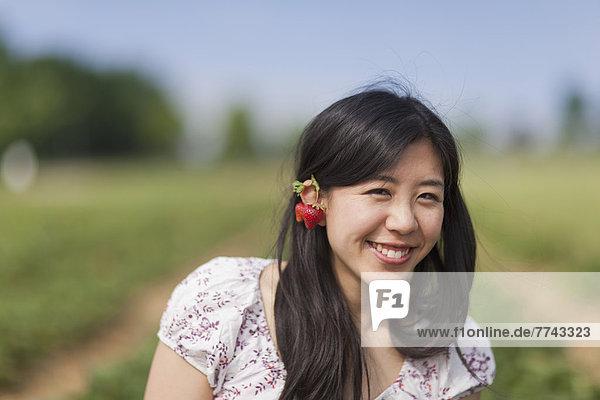Junge Japanerin mit Erdbeer-Ohrringen