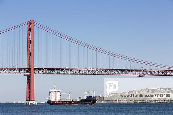 Portugal  Lissabon  Blick auf die 25 de Abril Brücke am Tejo