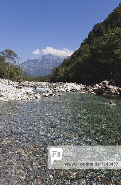 Europa  Schweiz  Reife Männer schwimmen in Verzasca River