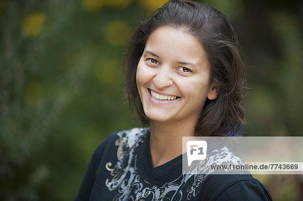 Österreich  Salzburg  Portrait einer jungen Frau  lächelnd