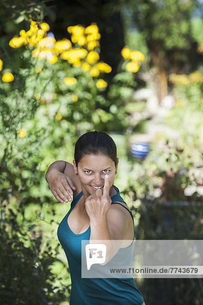 Österreich  Salzburg  Junge Frau posiert im Garten  Portrait