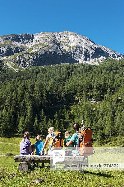Österreich  Salzburg  Familie beobachtende Berge am Altenmarkt Zauchensee