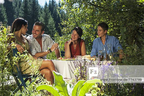 Österreich  Salzburg  Familiengespräch im Garten
