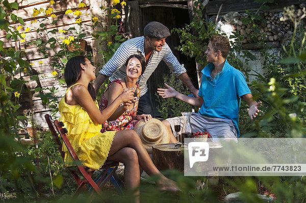 Österreich  Land Salzburg  Familie mit Gartenparty  Lächeln