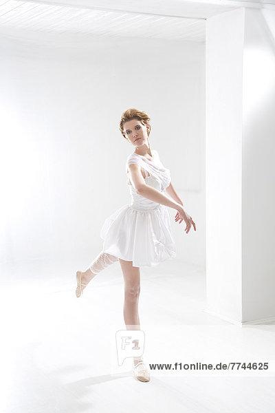 Junge Frau beim Ballett Dan