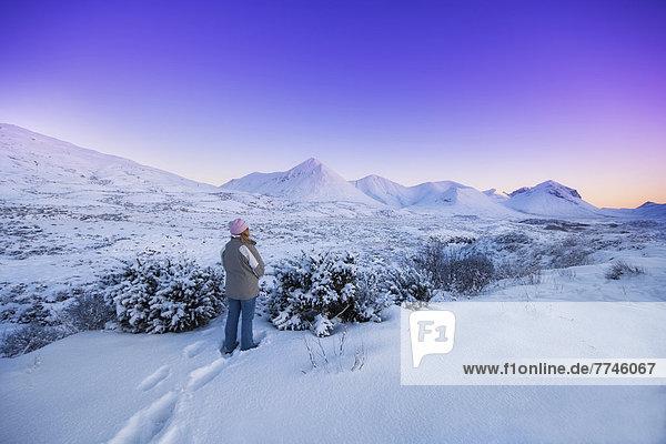 UK  Schottland  Reife Frau im Schnee stehend