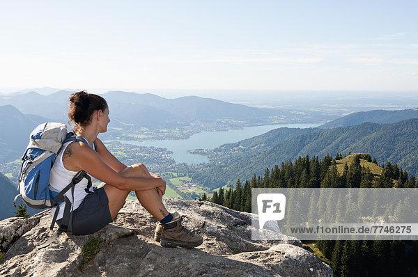 Mittlere erwachsene Frau mit Blick von Bodenschneid zum Tegernsee