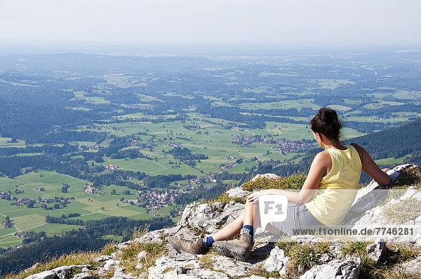 Mittlere erwachsene Frau mit Blick von Breitenstein auf Fischbachau