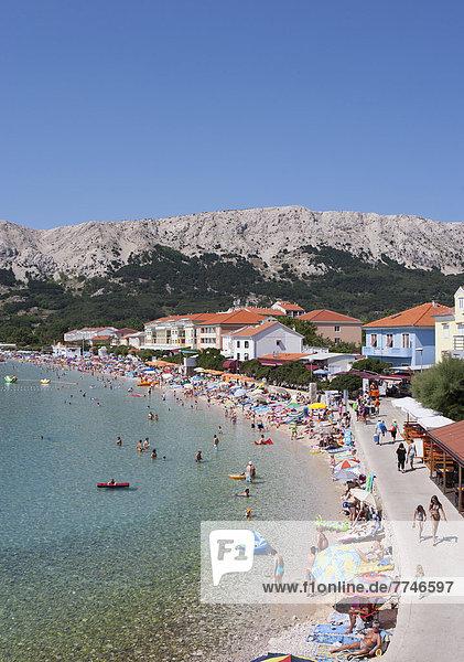 Kroatien  Blick auf den Strand der Insel Krk und die Stadt Baska