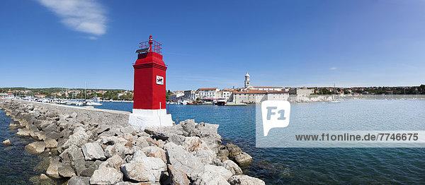 Kroatien  Blick auf den Leuchtturm an der Adria