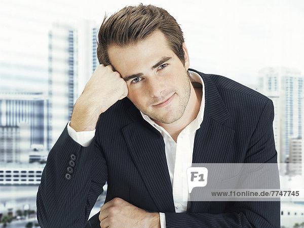 Geschäftsmann im Büro  entspannt