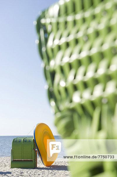 bunte Strandkörbe und gelbes Schlauchboot